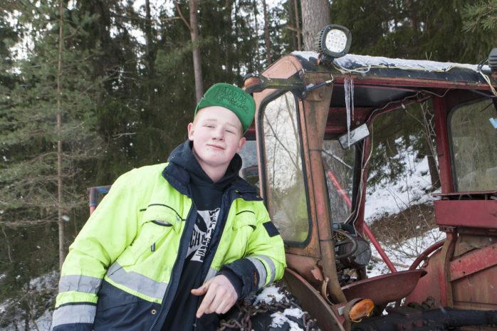 """Emil """"Brobban"""" Ahlberg är 17 år och går på Lärlingsgymnasiet i Nödinge. Det är han som ligger bakom den motorträff som arrangeras på Paradisbanan i Älvängen nu på lördag."""