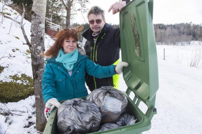 Kerstin Dahlberg och Anders Karnbrink har varit utan sophämtning i en månad. Nu rasar de mot hanteringen