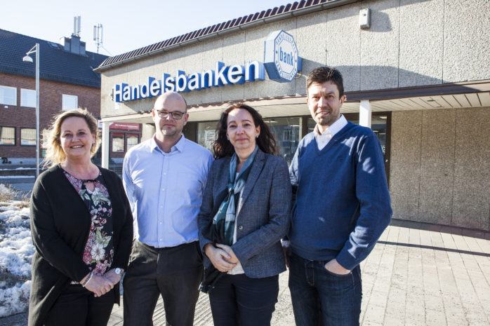 Handelsbanken satsar på ett kontor i Ale. Det betyder att Älvängen och Nödinge fyttar ihop med ett gemensamt säte på Ale Torg. Förändirngen gäller från och med 1 juni i år. Från vänster Katarina Larsson, Roger Holmberg, Anna-Karin Jansson och Johan Enström.