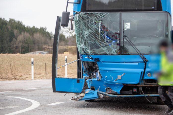 En buss krockade med en bil på länsväg 1968 mellan Grunne och Starrkärr på tisdagsmorgonen. Foto: Linus Olsson.