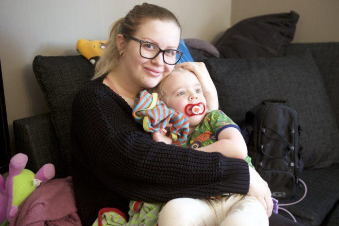 Efter en dom i Högsta förvaltningsdomstolen står det klart att sondmatning är ett grundläggande behov. Det förändrar livet för Malin Apel och hennes sjuke son, Max. Foto: Kristoffer Stiller.