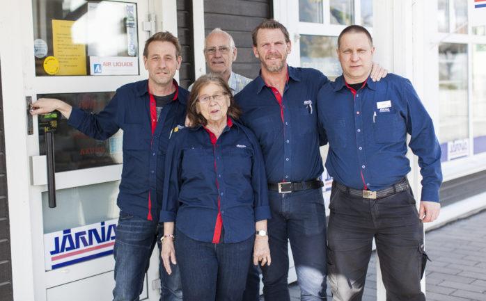 Järnia i Älvängen (Axums) har stängt butiken för gott. Från vänster: Ulf Axelsson, Göran Axelsson, Michael Sarbec och Johan Wallmyr. Längst fram Birgitta Axelsson.