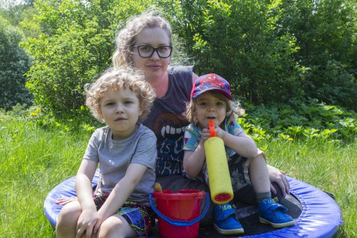 Livet för den ensamstående tvåbarnsmamman Malin Apel har inte blivit bättre, snarare tvärtom. Här är hon tillsammans med sina två söner Sebastian och Max.