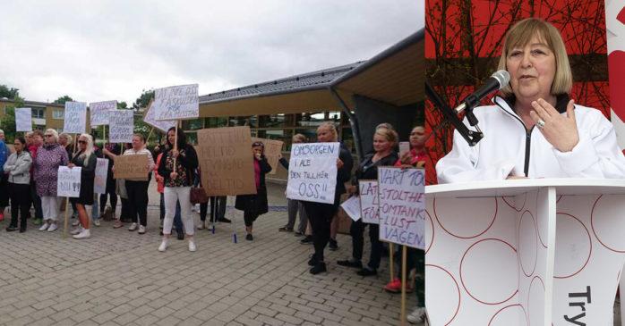 Vårdanställda demonstrerade utanför Ale Kulturrum på tisdagsmorgonen. Omsorgs- och arbetsmarknadsnämndens ordförande Monica Samuelsson (S) svarade på frågor.