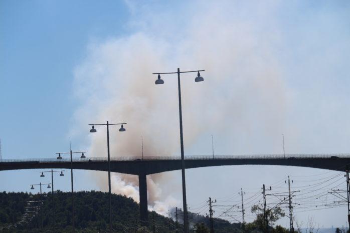 Skogsbrand i  Agnesberg, men den är väl synlig från Surte och röken kan skönjas från Nödinge. Foto: Christer Grändevik