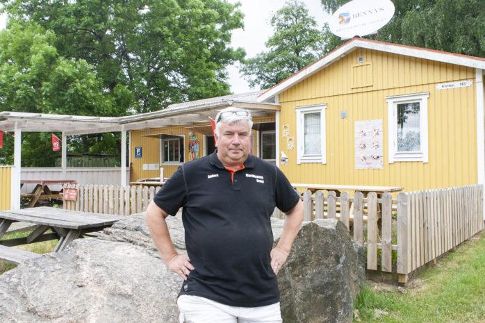 Det blir tredje sommaren i rad som Anders Martinsson står som arrendator för kiosken vid Prässebo badplats. På onsdag sker smygpremiär och på fredag väntar after beach.