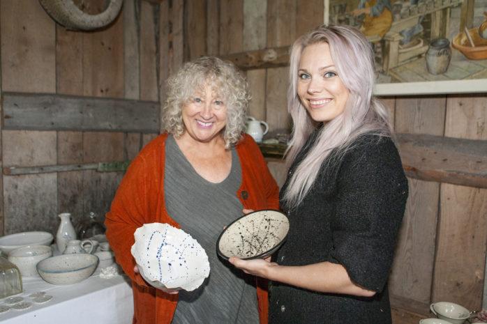 Krukmakeriet i Uxås bjuder in till en sista utställning nu på lördag. Därefter tackar Solveig Ekdahl för sig och istället blir det Jeanette Bergelin Hedström som för traditionen vidare.