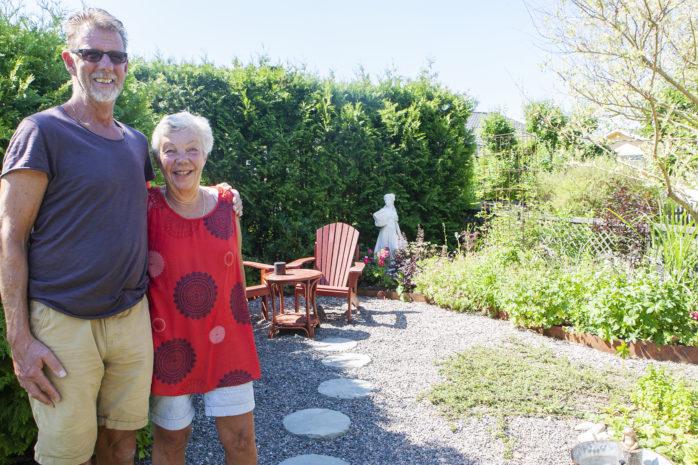 """Nu på söndag arrangeras """"Tusen Trädgårdar"""" där Kjell och Monica Nylén på Kyrkvägen i Nödinge låter visa upp sin vackra parhusträdgård för allmänheten."""