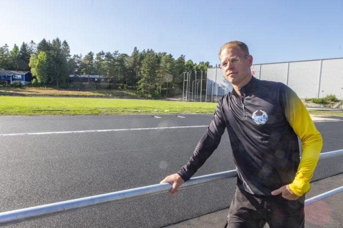 Marthin Krantz, ordförande i Bohus IF Friidrott, laddar för den första tävlingen på den nya friidrottsarenan på Jennylund.
