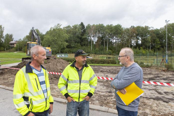 Nu byggs en ny EU-standardiserad och tillgänglighetsanpassad lekplats i Älvängen. Från vänster Anders Alfredsson, parkchef, Göran Tilly, entreprenör Kollanda Grus, och samhällsbyggnadschef Rolf Gustavsson.