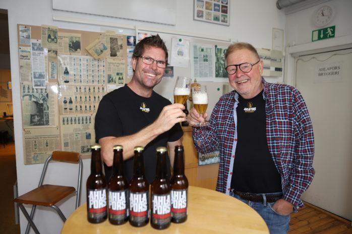 """Ahlafors Bryggerier har utökat sitt produktsortiment med en ny modern lager. Här ses bryggmästare Jarrad Harrington och Christer """"Cralle"""" Sundberg ta ett smakprov av Ahlafors Aotearoa."""