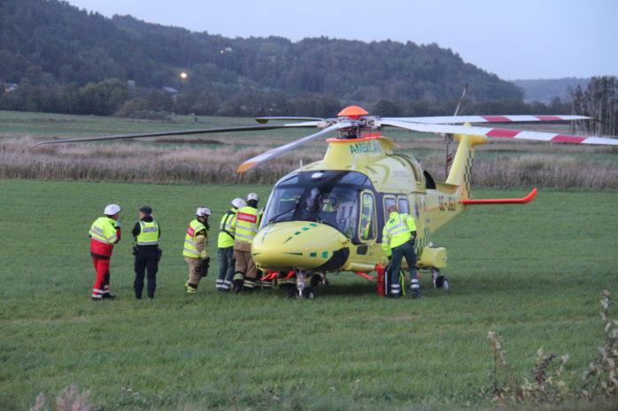 En person fördes till sjukhus med helikopter efter en trafikolycka på Skepplandavägen.