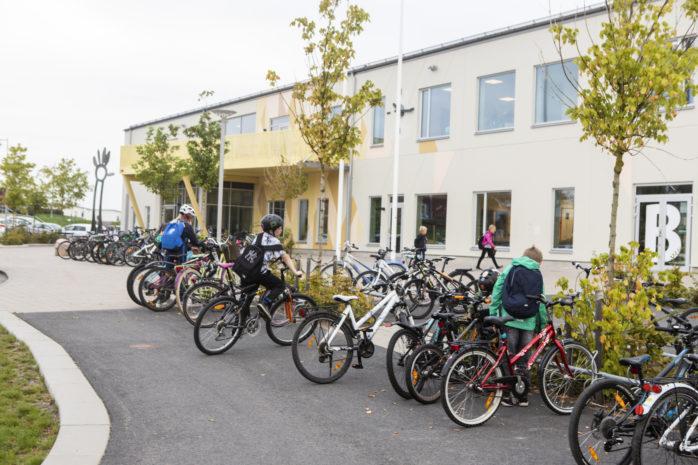 På egna ben är en utmaning som ska få fler mellanstadieelever att cykla, gå eller åka kollektivt till skolan.