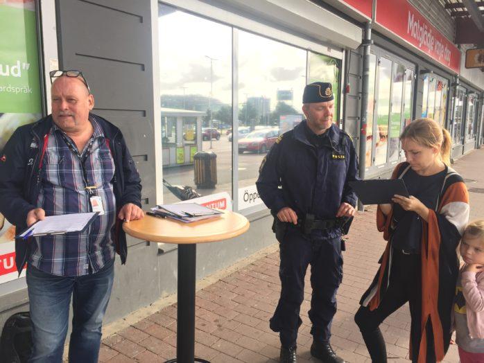Jon Björgvinsson, trygghets- och säkerhetsamordnare i Ale kommun, och kommunpolis Daniel Hjerpe på plats utanför Ica i Nödinge där Sara Hasselgren kom för att fylla i enkäten om medborgardialog.