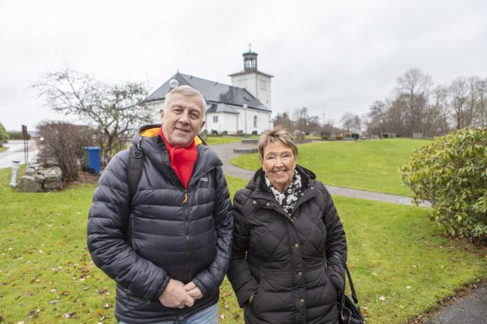 Pekka Kaukoranta medverkar i manskören The Golden Oldies som kommer till Nödinge kyrka tisdagen den 11 december. Här tillsammans med kyrkorådets ordförande Kajsa Nilsson.