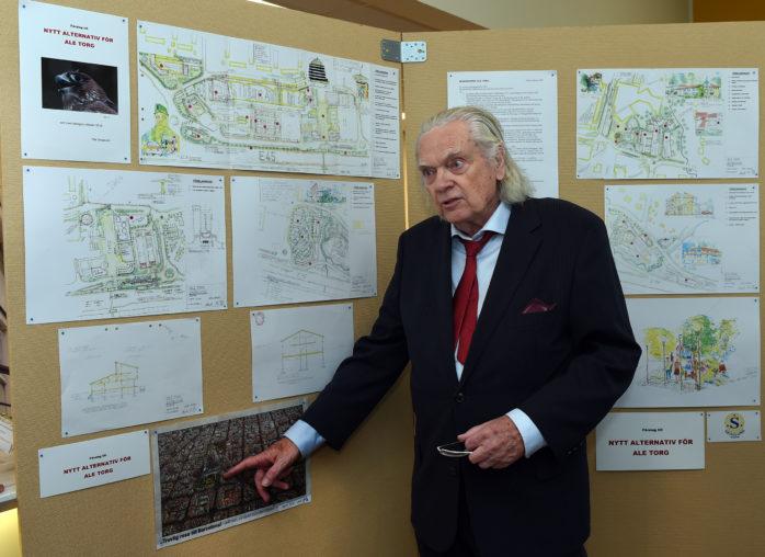 Arkitekt Olle Skoglund presenterade ett eget förslag för ett ombyggt Ale Torg. Han gjorde det granne med Ale kommuns utställning och fick därmed gott om besök även han.