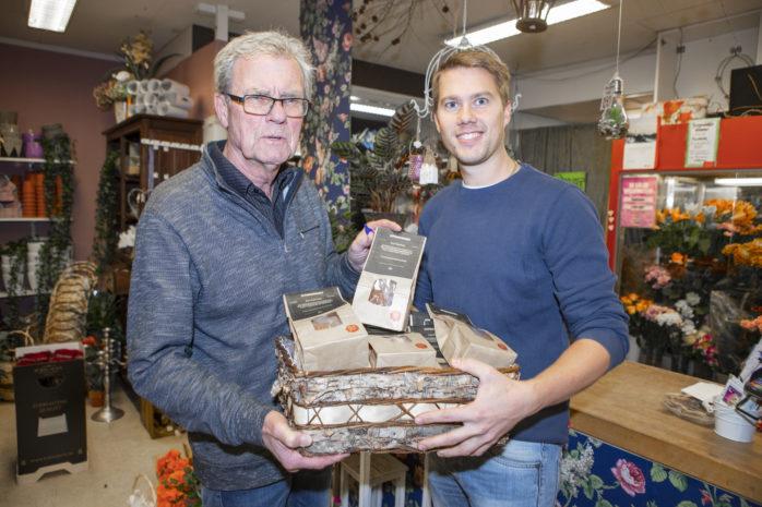 Efterlängtat bakverk. I onsdags var det säsongspremiär för Pepparkaksbagaren på Bergendahls i Älvängen. Här ses Anders Gustafsson, skaparen till det omtalade bakverket, tillsammans med butiksinnehavaren Tommy Bergendahl.