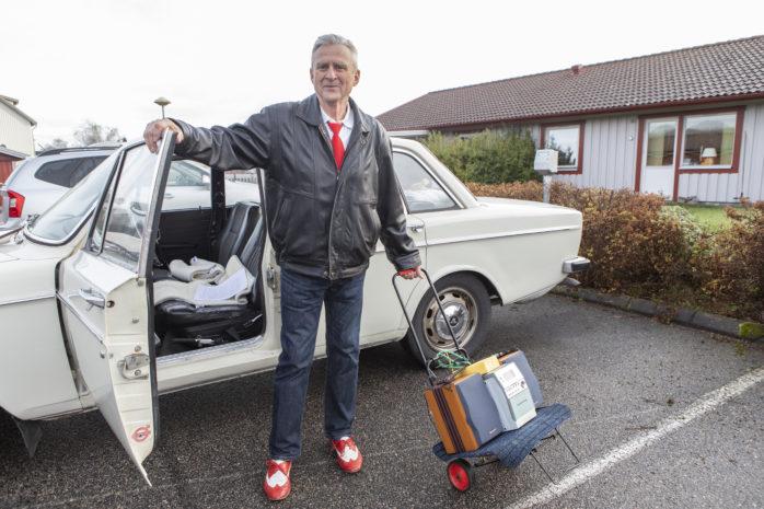 """Stig Karlsson, alias """"Stuffa-Stig"""", har farit runt i olika skolor i 40 år för att lära barn att dansa. Syftet är att motverka mobbing."""