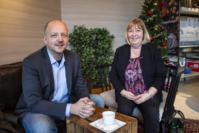 Kommunalråd i samspråk. Mikael Berglund (M) leder Ale kommuns politiska minoritetsledning, där Monica Samuelsson (S) är vice ordförande i kommunstyrelsen. Dialog och ödmjukhet anser båda är nyckeln till framgång.