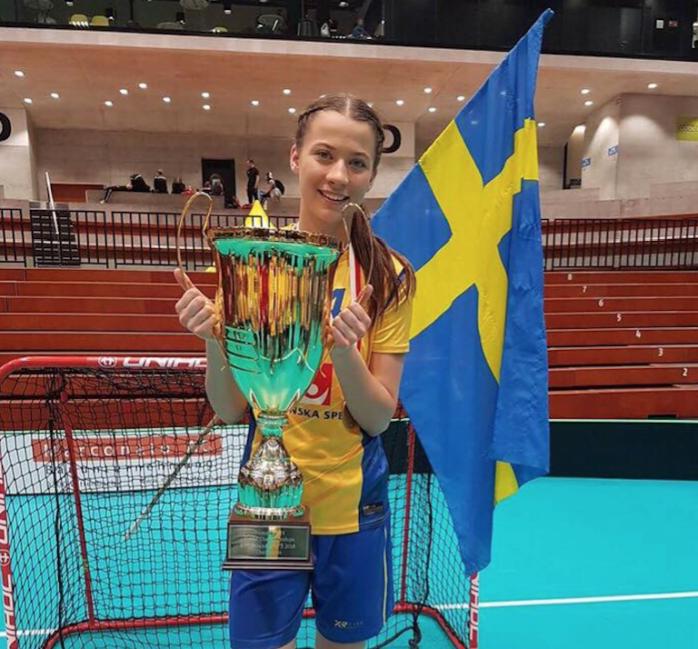 Natalie Hjertberg är uttagen i det svenska A-landslaget. Bilden är tagen när 19-åringen firar U19-landslagets VM-guld.