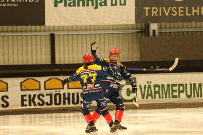Moa Friman och Emma Kronberg firar efter att den förstnämnda hittat nätet. Foto: Per Brantsing Karlsson.