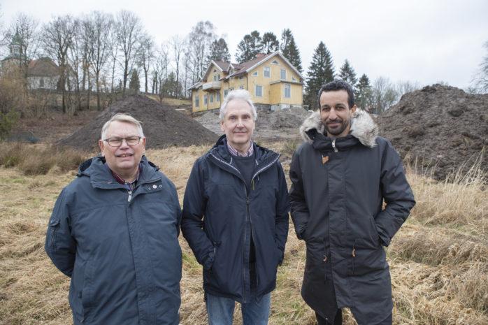 Jarl Karlsson och Sune Rydén i Alebyggens styrelse, tillsammans med vd Johan Redlund, gläds över att byggnationen i och i anslutning till den gamla prästgården i Skepplanda nu tar fart.