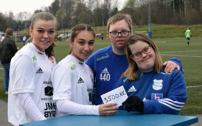ÄIK:s Ebba Sporrong och Annie Dahlberg lämnade över en check till Sebastian Sädås och Hanna Eriksson från Grunden BoIS.