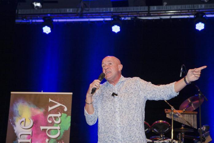 Thomas Petersson firar 30 år på scen. I torsdag bjöd han på skrattframkallande underhållning i Ale Kulturrum.