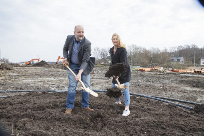 Kommunstyrelsens ordförande Mikael Berglund tog det första symboliska spadtaget för Ängslycka i Svenstorp tillsammans med Anna-Karin Svantesson, en av husköparna.