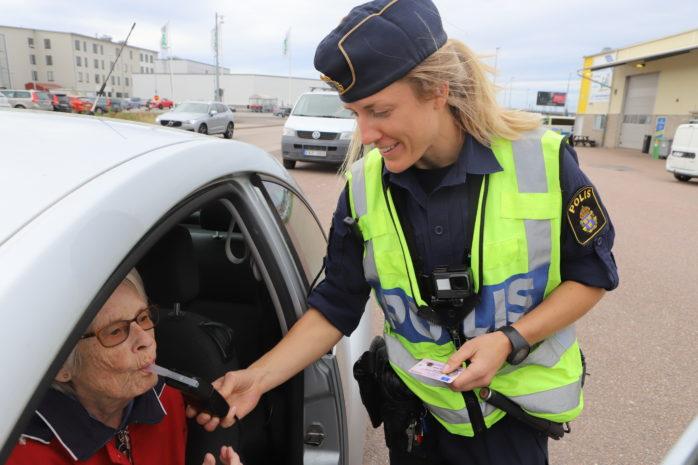 Sophia Thielen, områdespolis Kungälv/Ale, utförde utandningsprov på bilister i Älvängen i samband Trafiknykterhetens dag.