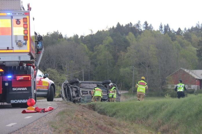 En bil gick av vägen och landande på sidan.