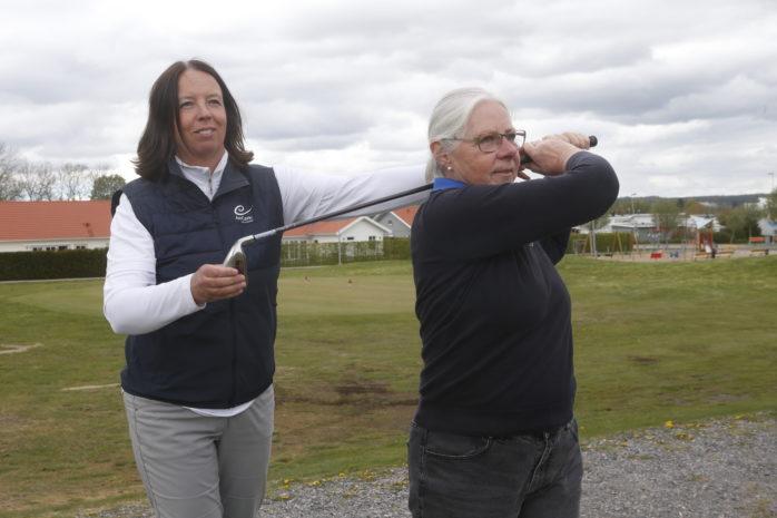 AnnCatrin Carlsson är ny pro på Backa Säteri Golf. Här ger hon tips till klubbens ordförande Maj Holmström.