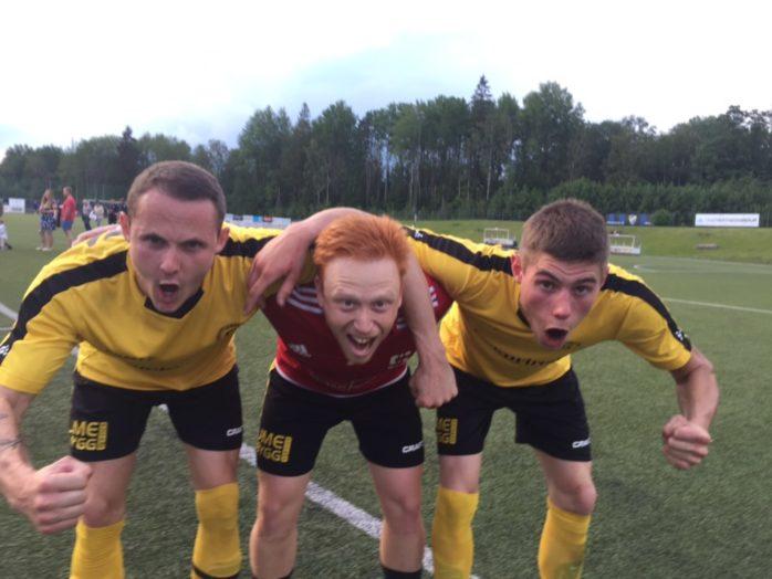 Emil Frii, Markus Samuelsson och Emanuel Kollén firar efter segern mot Ulricehamn.