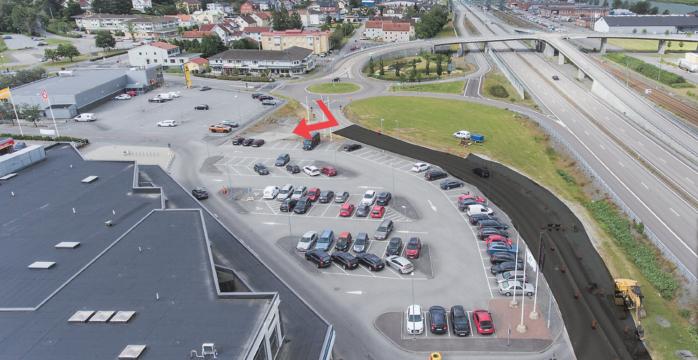 Den vanliga infarten till handelsplats Älvängen är stängd, men en ny är upprättad. Svenstorpsvägen kommer att ha begränsad framkomlighet i sommar. Vecka 32-33 stängs den av helt. Skälet är att VA-ledningar måste flyttas så att en tre meter hög brandklassad skärm kan byggas längs E45 i höjd med handelsplatsen.