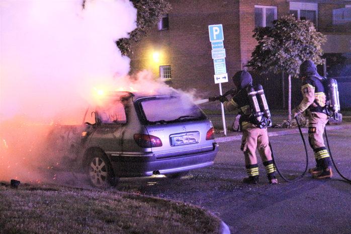 På en parkering i höjd med Rödklövergatan i Nödinge hade en bil satts i brand. Räddningstjänsten var snabbt på plats. Foto: Christer Grändevik