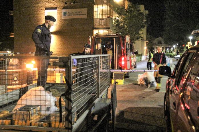 Polisen genomförde en stor insats vid en husrannsakan på Södra Klöverstigen i Nödinge. Foto: Christer Grändevik