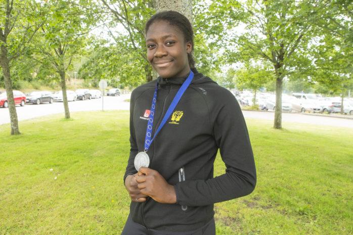 Charité Mumbongo från Nödinge var med i det svenska U17-landslaget som tog EM-silver i handboll.