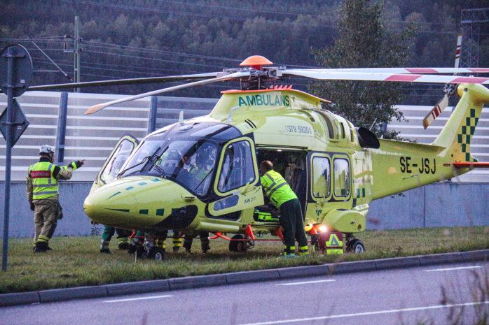 En person fick föras till sjukhus med helikopter efter en allvarlig MC-olycka.