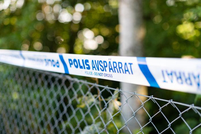 En man hittades skadad utomhus i Nödinge.
