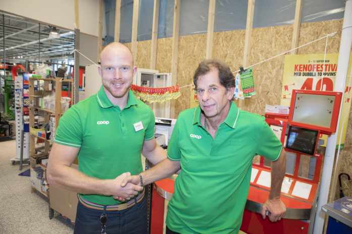 Coops butikschef Krister Petersson välkomnar Tit Bits mångårige ägare Björn Sundberg som ny arbetskamrat.