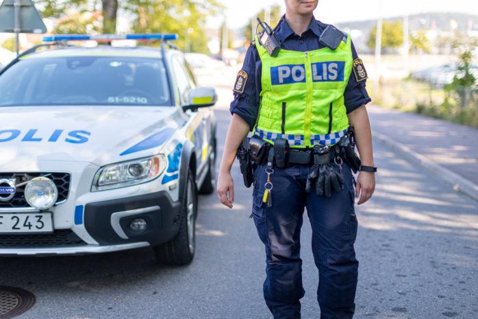 Polisen var snabbt på plats när larmet gick om att en man uppträdde aggressivt med en yxa. Han greps vid pendelstationen i Nol.