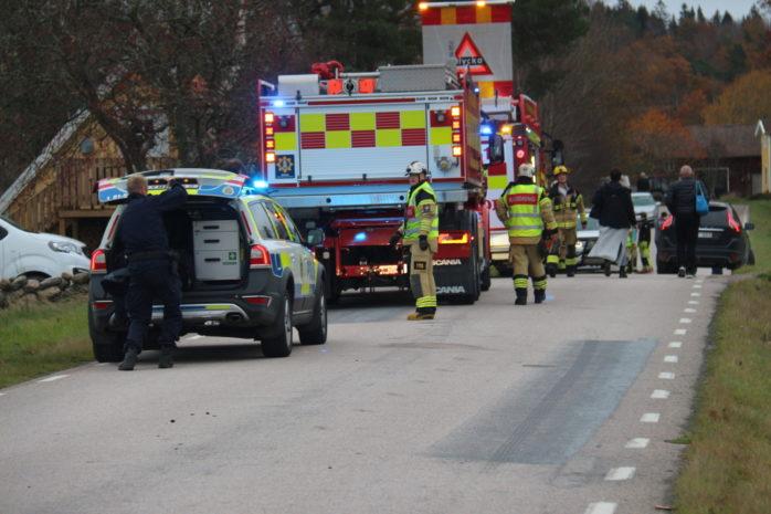 En person fick föras till sjukhus efter en singelolycka. Foto: Christer Grändevik.