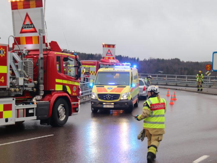 Två personer fick föras till sjukhus efter en frontalkrock. Foto: Christer Grändevik.