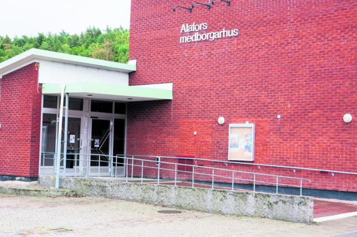 Sverigedemokraterna menar att Ale Folkets hus förening särbehandlas och vill avsluta gällande avtal.
