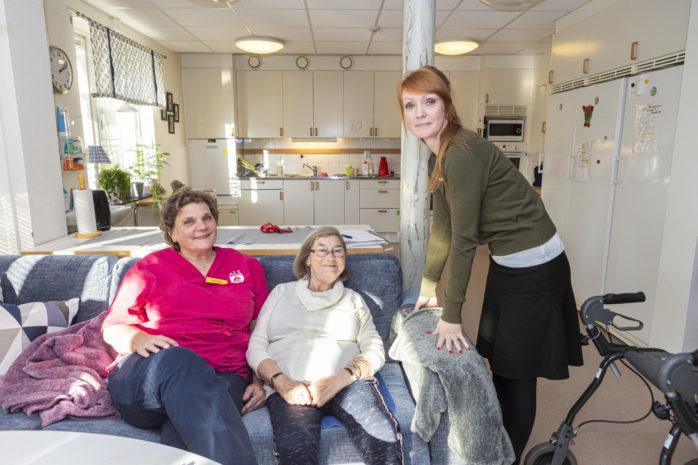 Undersköterska Laurie Johansson och enhetschef Emma Eggertsen tillsammans med Kerstin, en av 32 hyresgäster på Björklidens äldreboende i Alafors. Här är trivseln stor både bland personal och brukare.