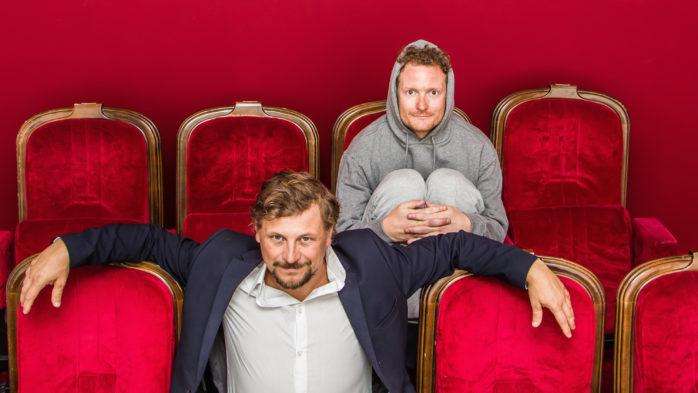 """Lars Classon och Ola Hedén står på scen i Alegården med föreställningen """"Tralala - om helvetet vi kallar livet"""". Foto: Carolina Classon."""
