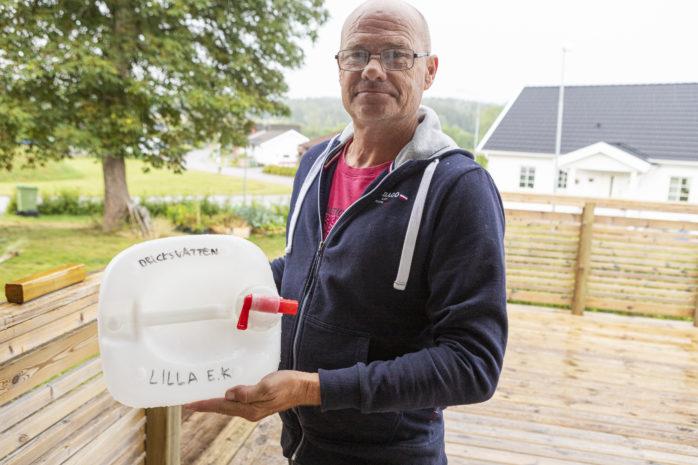 Lilla Edets kommun får bistå Lasse Bergersen med vattendunkar. Det vatten som kommer ur kranen hemma i Nygård är visserligen ofarligt att dricka, men det luktar och smakar illa.