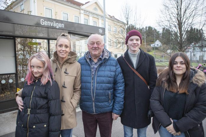 Boende i Starrkärr med omnejd kräver att linje 412 ska komma tillbaka, inte minst gäller det eleverna på Ahlafors Fria Skola. Från vänster: Elina Larsson Häggqvist, Jenny Larsson, Thore Skånberg, Viktor Gustafsson och Vanessa Rinne Hval.
