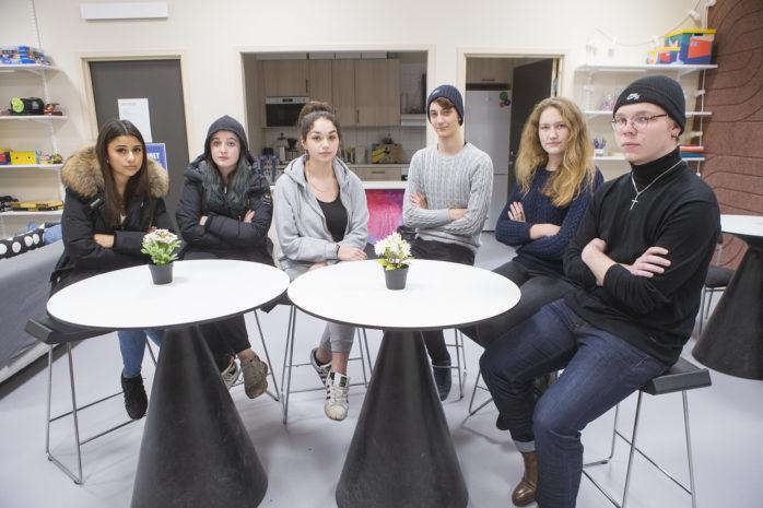 Sanna Shakhawan, Josefine Sjögren, Ayaa Alramadani, Kevin Jigfelt, Sara Nordberg och Johannes Sandberg är besvikna över beslutet om feriejobb.