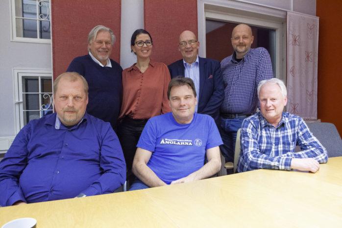 Koalitionen. Stående från vänster: Stefan Ekwing (L), ordförande i Alebyggen, Elena Fridfelt (C), ordförande i Omsorgs- och arbetsmarknadsnämnden, Claes-Anders Bengtsson (KD), ordförande i Servicenämnden och Mikael Berglund (M), kommunstyrelsens ordförande. Sittande från vänster: Erik Liljeberg (M), ordförande i Utbildningsnämnden, Tyrone Hansson (FiA), ordförande i Samhällsbyggnadsnämnden och Sonny Landerberg (MP), ordförande i Kultur- och fritidsnämnden.